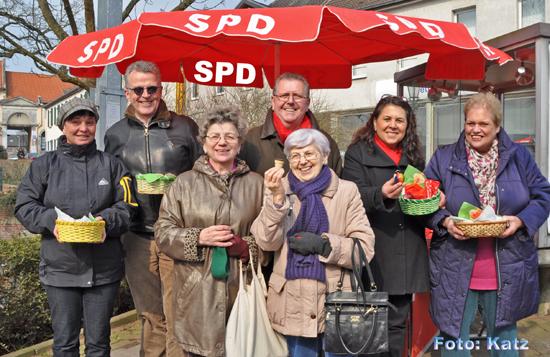SPD Osterstand in Wickrath am 28.03.2013  (v.l. Anja Hutschenreiter,  Herbert Mueller, Ernst Klawuhn, Guelistan Yueksel, Ulla Klawuhn)