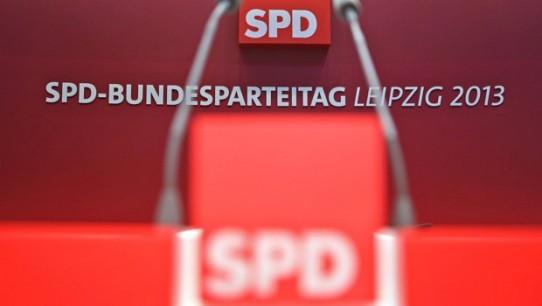 Blick auf das leere Rednerpult in der Leipziger Messehalle (Foto: dpa)