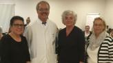 Das Foto zeigt von links nach rechts: Gülistan Yüksel, MdB, Prof. Dr. med. Wolfgang Kölfen, Chefarzt der Klinik für Kinder und Jugendliche der Städtischen Kliniken Mönchengladbach, Petra Crone, MdB und Margot Keidel, Kinderpflegedienstleiterin.
