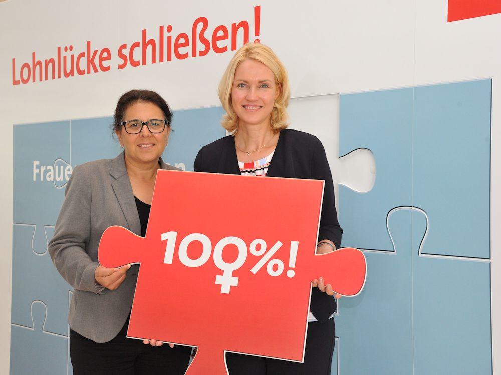 Lohngerechtigkeit Yüksel mit Schwesig (Foto Andreas Amann)