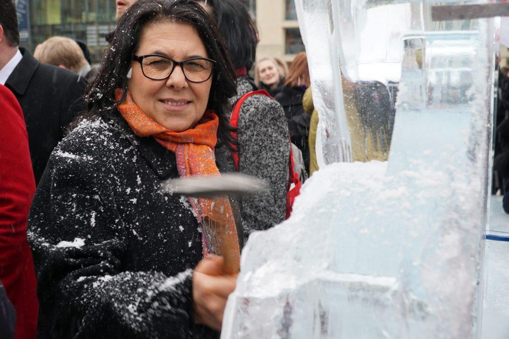 """Mit einer Eisskulptur in Form von """"21%"""" wurde die Lohnlücke am Brandenburger Tor dargestellt. Auch Gülistan Yüksel, MdB fordert gleichen Lohn für Frauen und Männer und half die dargestellte Lohnlücke symbolisch zum Schmelzen zu bringen."""