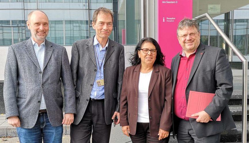 Foto: v.l. Michael Kalkreuth (stv. Betriebsratsvorsitzender), Gerd Büttner (Betriebsratsvorsitzender), Gülistan Yüksel, MdB, Andreas Rimkus, MdB